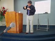Pastor Besaleel ministrando aos Líderes