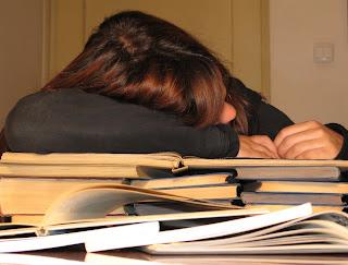 ders çalışmaktan yorgun düşmüş uyuyan öğrenci