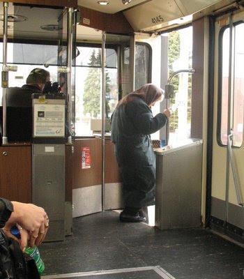 otobüs ve yaşlı kadın