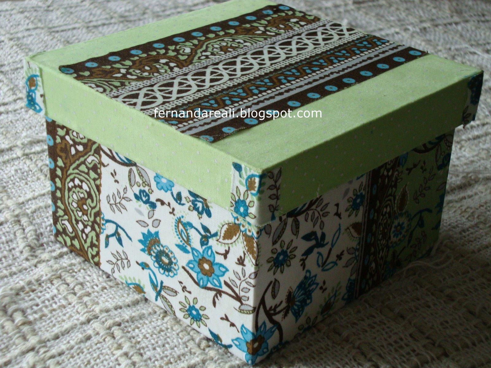 Caixas de madeira pintadas com tinta PVA e forradas com retalhos de  #367283 1600x1200