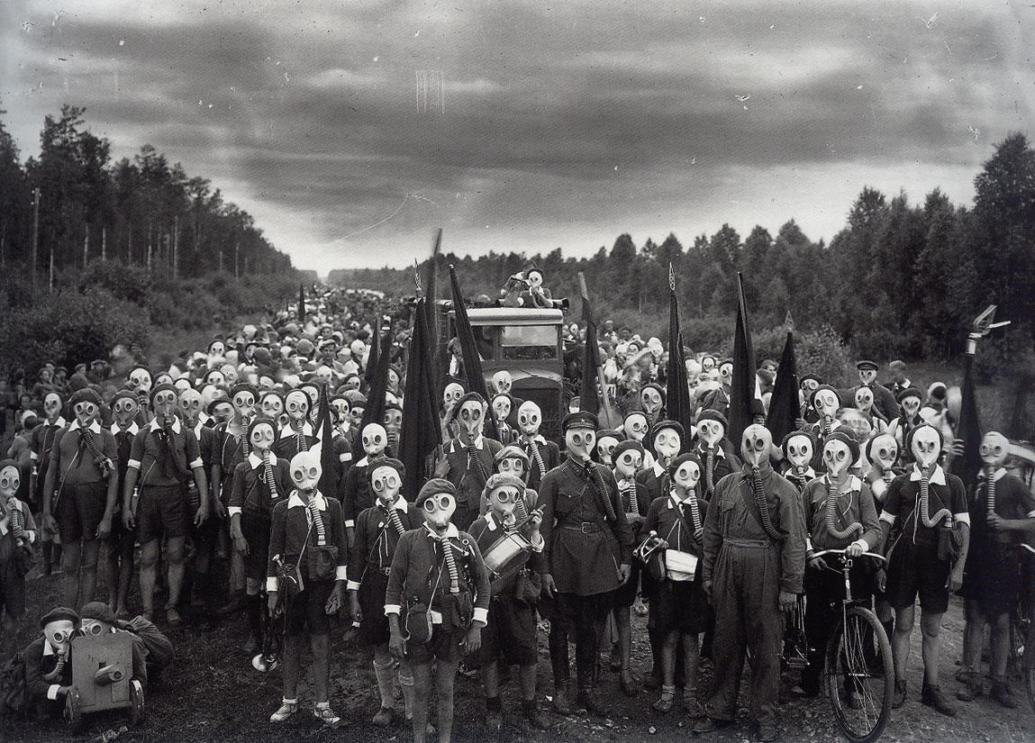 http://2.bp.blogspot.com/_e4ZOJs6lJMk/S6wHlhfVBQI/AAAAAAAAAUo/bdCz0dW9N9c/s1600/children-in-gas-masks.jpg