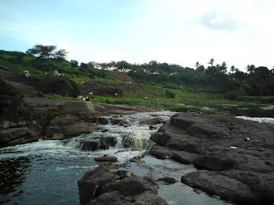 The beautiful setting of the river and the rocks amidst greenery