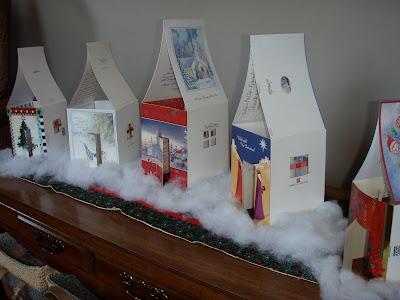 Casitas contruidas con tarjetas de navidad