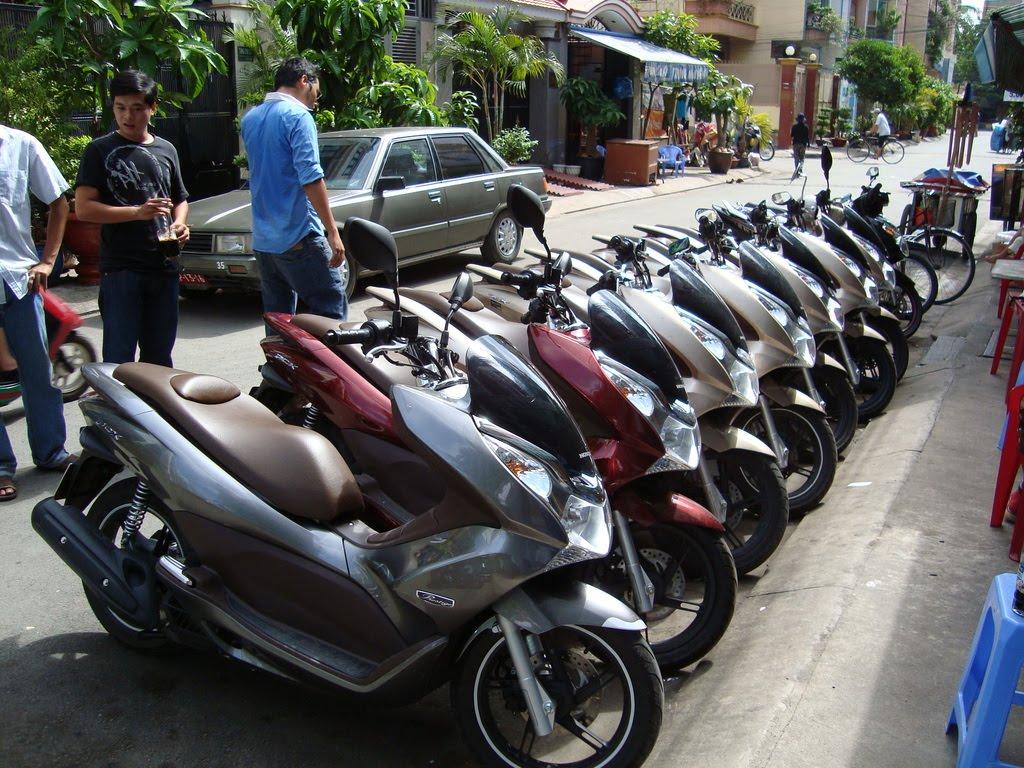 http://2.bp.blogspot.com/_eC4ILC2yXjw/THEcFAt6EyI/AAAAAAAABCM/zZwQlARB6K0/s1600/Honda+PCX+vs+Piaggio+Fly+150+thailand.jpg