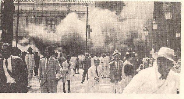 En la tarde del 21 de diciembre de 1935, el pueblo atacó e incendió automóviles