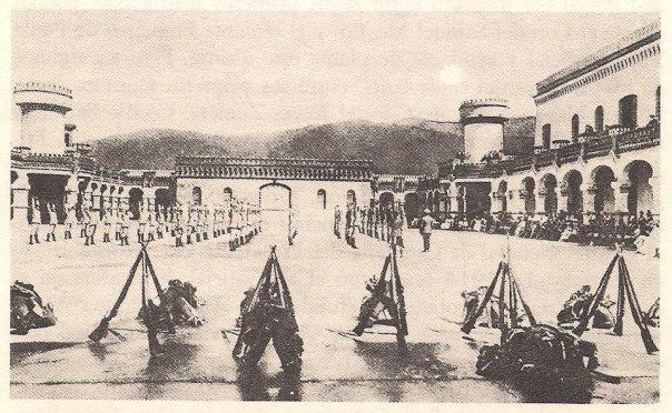 La revista presentanda en el patio central de la Escuela Militar de Caracas por los cadetes en 1914
