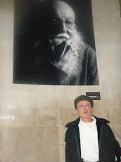 JEAN MAS devant le portrait de Pierre RESTANY