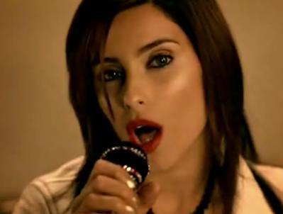 aqui a nelly furtado está no microfone