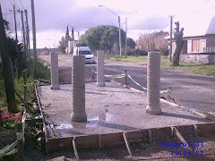 Construyendo la parada de buses (3 de agosto 2010)
