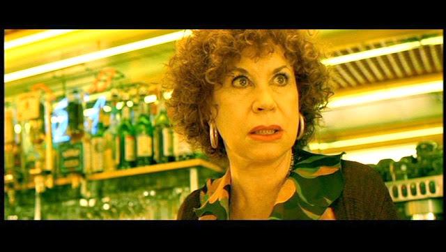 Broma la camarera se queda en bragas delante de los clientes - 5 9