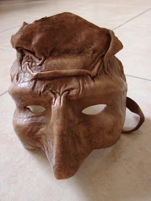 mascara feita em papel mache e depois revestida em pele