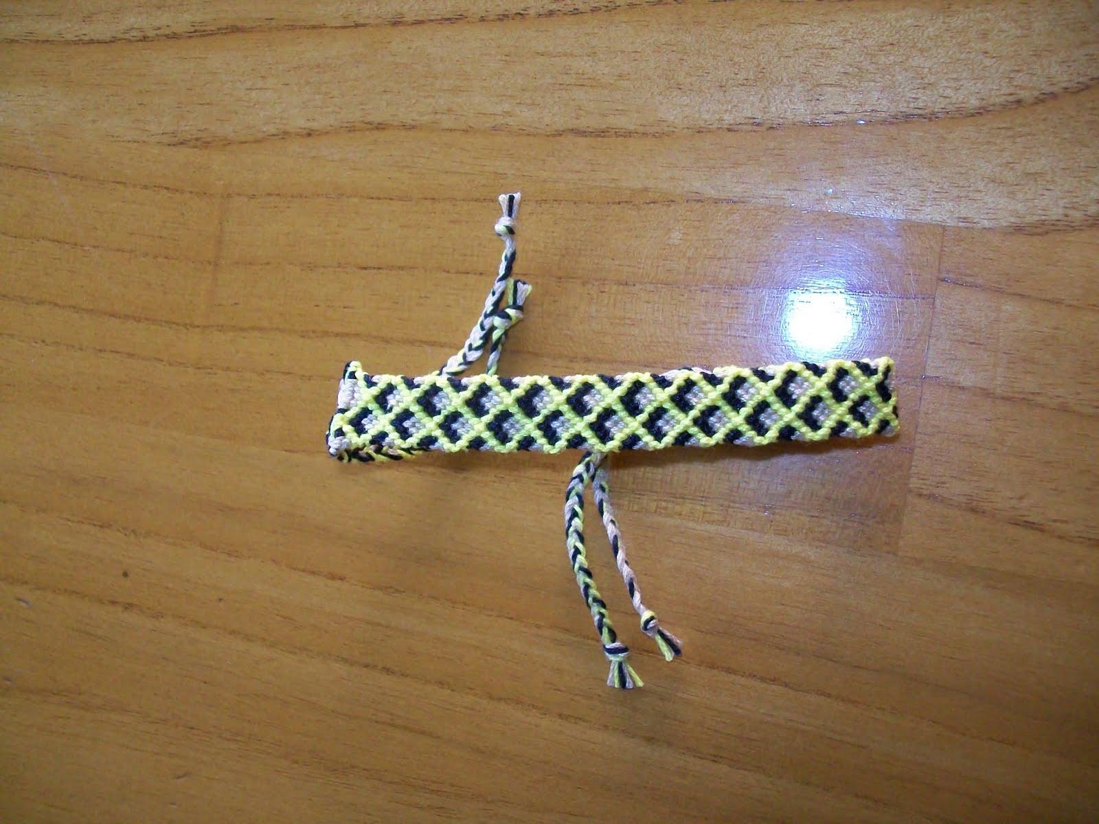 Esta pulsera está hecha con un patrón que no es difícil,pero lleva