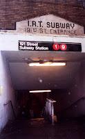 Acceso por Broadway a la estación de la calle 191 en Octubre de 2002. Ejemplo de acceso a través de galería (en este caso, salvando una colina) y donde coexisten vieja y nueva señalización. Nótese el IRT.