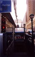 Entrada al metro en la calle 34. Esfera VERDE. Entrada abierta las 24 horas y con al menos una taquilla abierta.