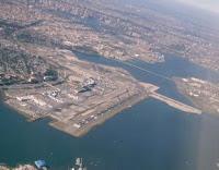 Aeropuerto de LaGuardia desde un avión. Puede verse el puente que une Queens con la isla de Rikers y, al fondo, Manhattan