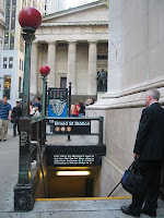 Boca de Metro en Wall Street, con el Federal Hall National Memorial al fondo. Foto de Daniel Schwen, obtenida vía Wikipedia