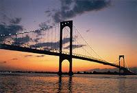 Vista nocturna del puente