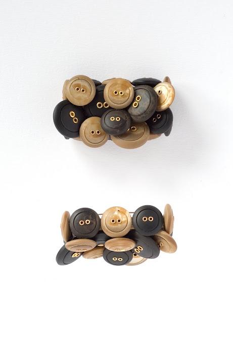 Spilla bottoni e legno