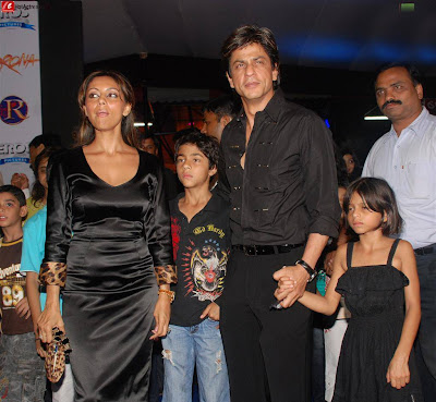 Latest Shahrukh Khan SRK Family Wallpaper Pics Photos Scene Image with Wife Children Kids