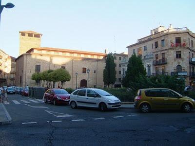 Foto tirada da rua Azafranal, onde fica o hotel que nos hospedou