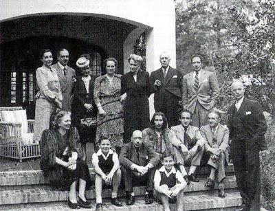 María Teresa Prieto sentada a la izquierda de Stravinski en la residencia familiar de San Angelín (México)