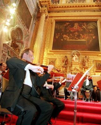 La Orquesta de Cámara de la ROSS en un concierto de hace unos años en Los venerables. El concertino era entonces Sergei Teslia, hoy en la ONE (© Sergio Caro / Diario de Sevilla)
