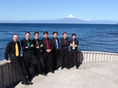 Gruppo Seicento (desde la derecha, Raúl Orellana es el primero, Rami Alqhai, el tercero y Davide Merello, el séptimo y último)
