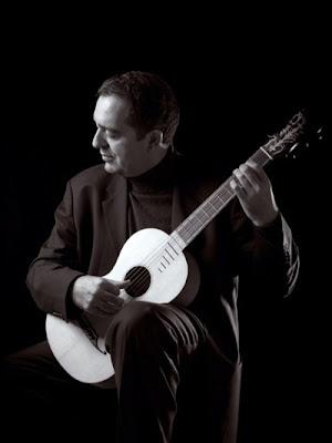 Xavier Díaz-Latorre con una guitarra romántica (© Toni Rebollo)