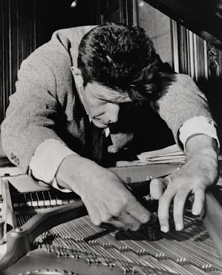 John Cage 'preparando' un piano