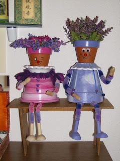 bonecos feitos de vasos
