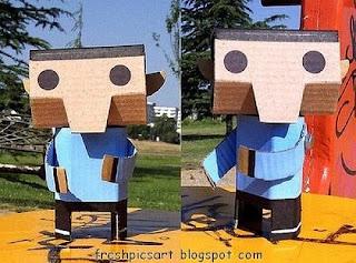 Boneco feito com caixas de cartão