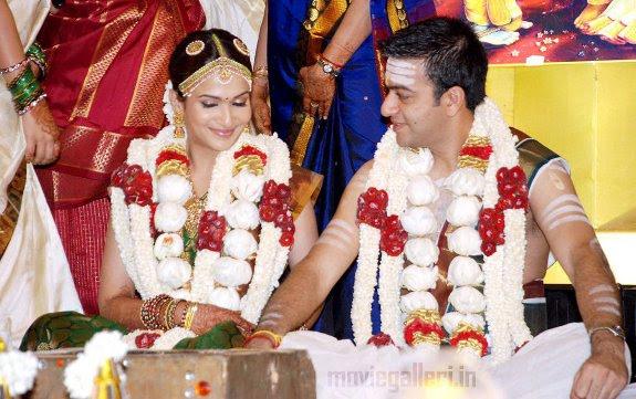 http://2.bp.blogspot.com/_eewr1b1LpYA/TIDWG_6EGSI/AAAAAAAADuQ/Yi1498jju0s/s1600/soundarya_rajinikanth_marriage_photos_pictures_02.jpg