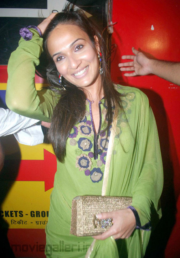 Soundarya Rajinikanth at Robot Premiere Show in Mumbai