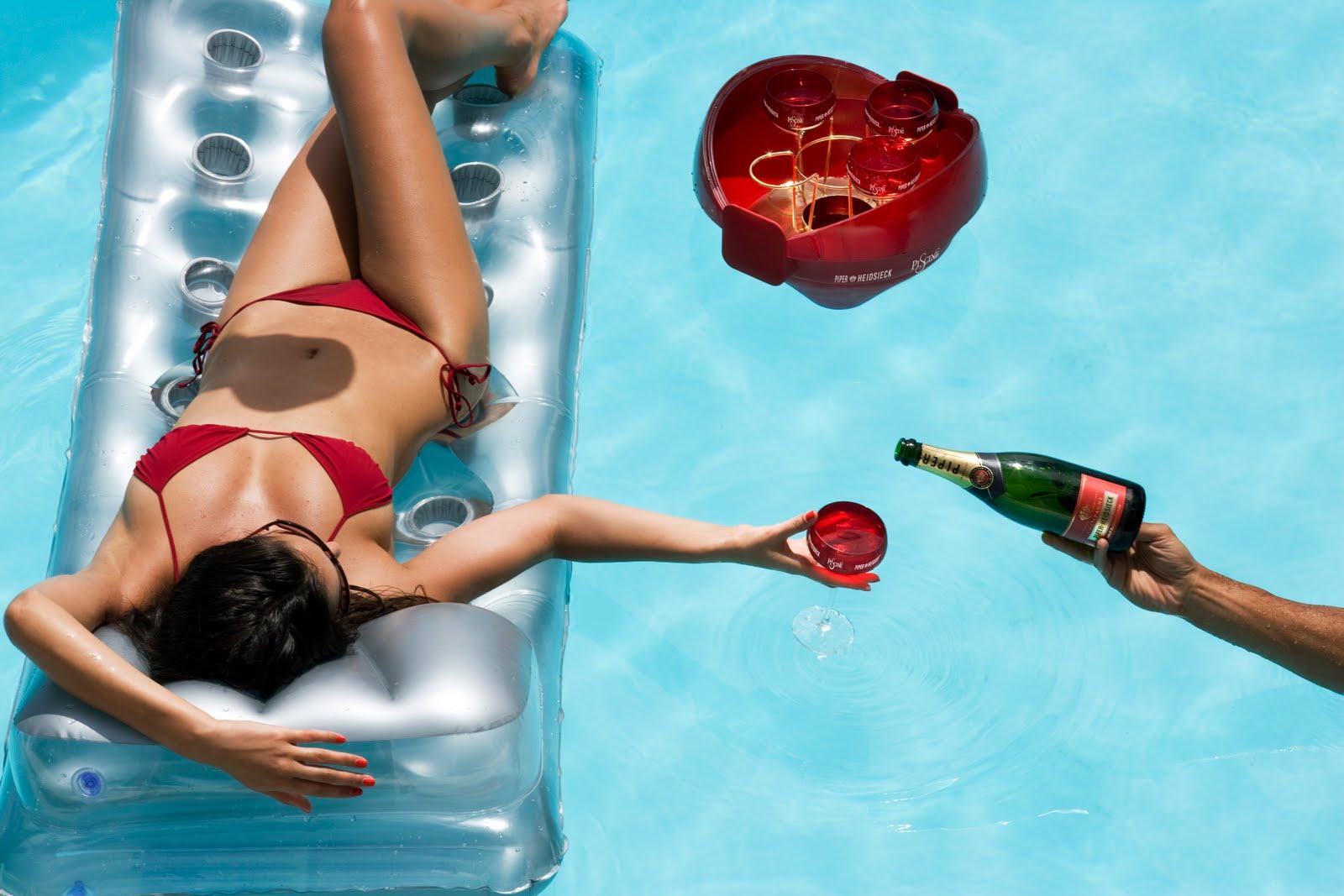 champagne fles Anaal speeltje bij het zwembad