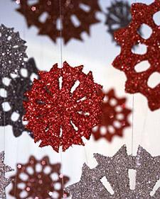 Copos de nieve colgantes de carton y brillantina (reciclaje)