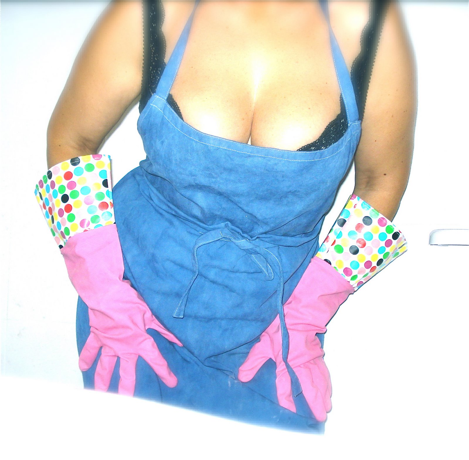 Photo: Pregnant woman wearing rubber gloves posing indoors © Alex