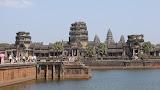 Vista do portão de entrada principal de Angkor Wat. Toda a área de Angkor Wat está rodeada por um fosso de água medindo 200 metros de largura. Somente a partir do céu consegue-se ver melhor.
