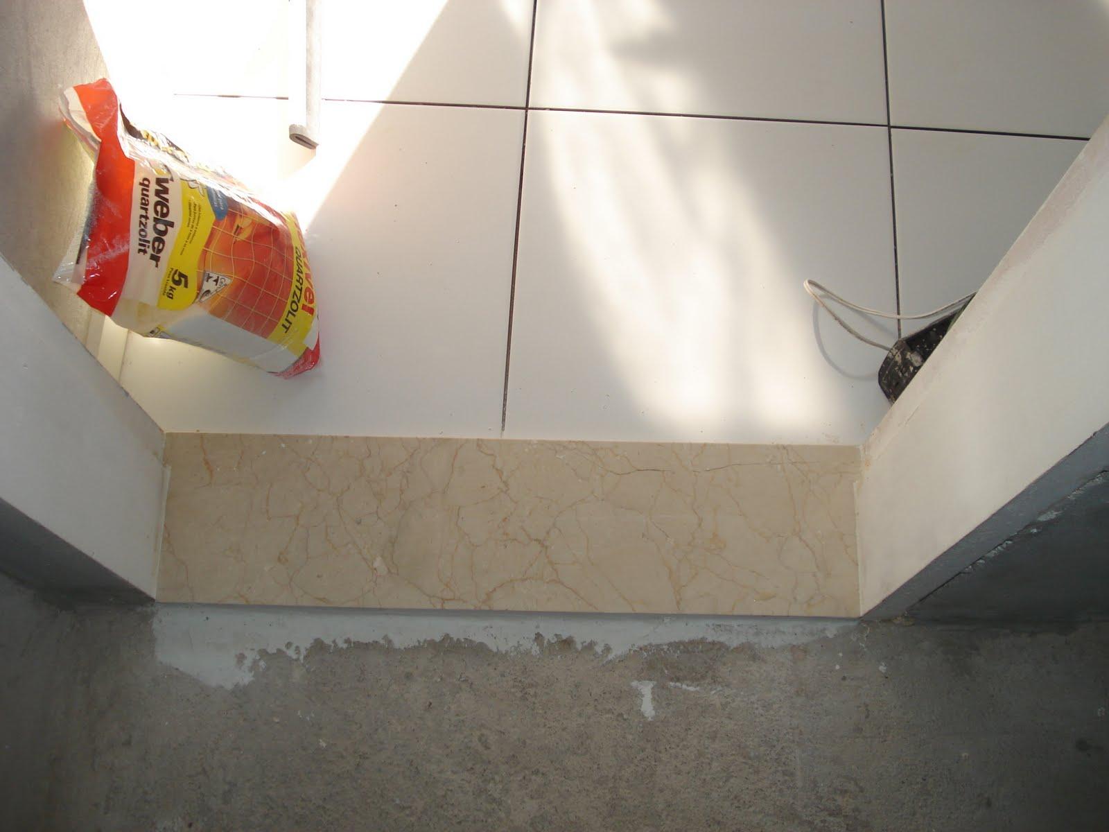 pedra foi utilizada nas soleiras entre o banheiros e os dormitórios #AD351E 1600x1200 Banheiro Com Pastilhas Azuis