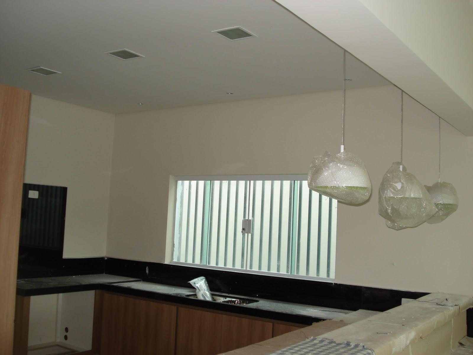 #655039  foram luminárias de três tipos: as pendentes sobre a bancada de  1600x1200 px Bancada De Cozinha Americana Com Luminaria_2333 Imagens