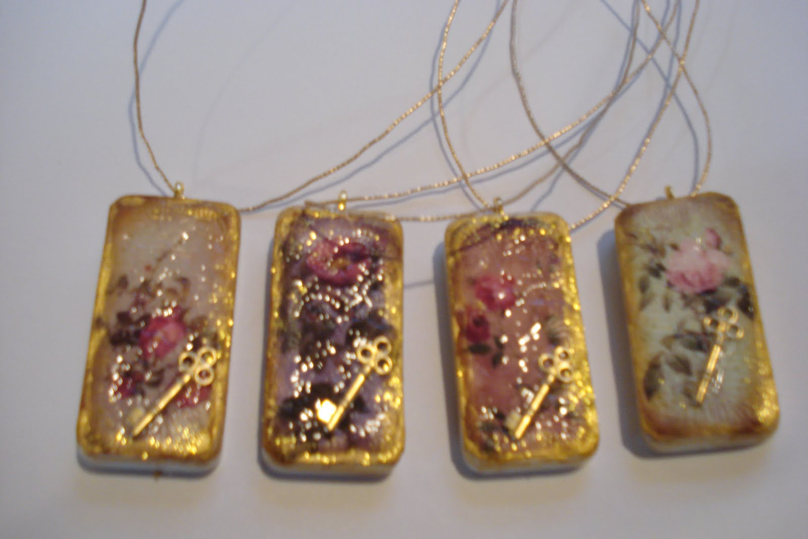 ALTERED EXPRESSIONS: Merry Christmas!! Believe in the Magic!!!domino ...: http://bloubell-alteredexpressions.blogspot.com/2010/12/domino-pendants.html