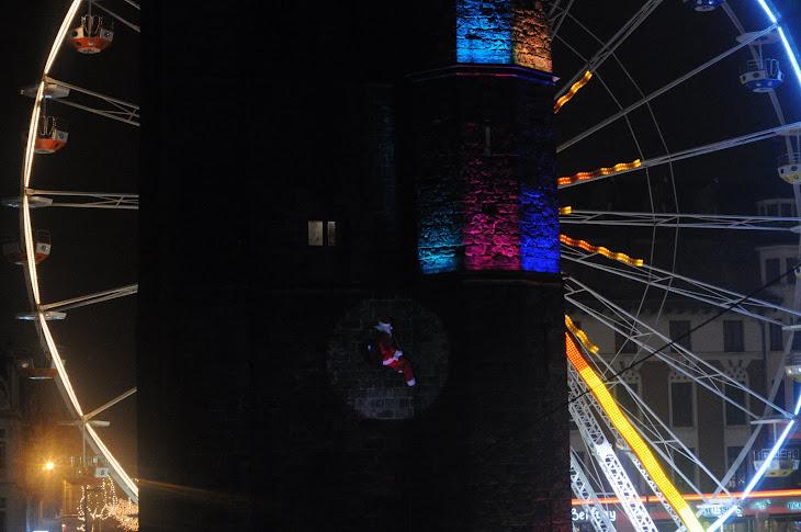 La Descente du Père Noël !!, chantée par des milliers d'enfants au  sol dans un décors de rêve !