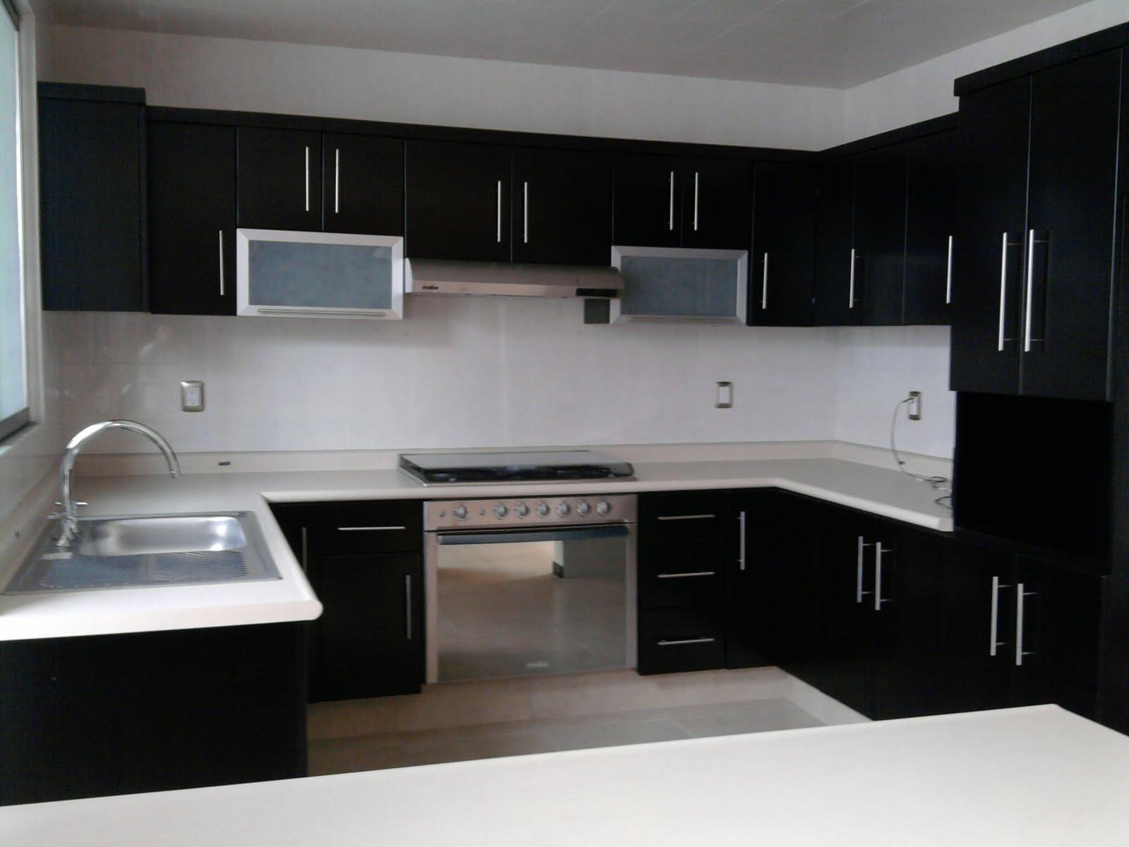 Excelente residencia minimalista comedor y cocina for Disenos de cocinas integrales minimalistas