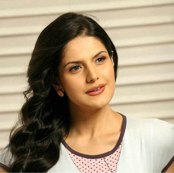 Zarine Khan red hot lips wallpapers | Actress Wallpapers
