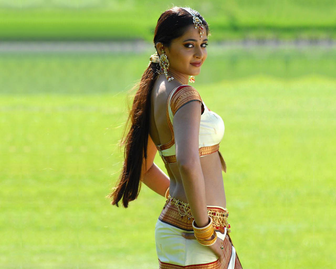 http://2.bp.blogspot.com/_etc1OARoaC4/Snk8f2XzDrI/AAAAAAAAFAk/vt8Okhu33mU/s1600/anushka-actress-backless-58.jpg