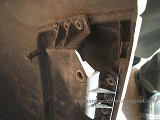 Vista del encaje que hay en la defensa hay una tuerca dentro del plastico donde se enrrosca el tornillo