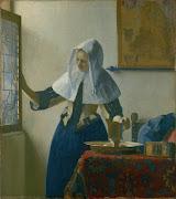 joven mujer con jarra