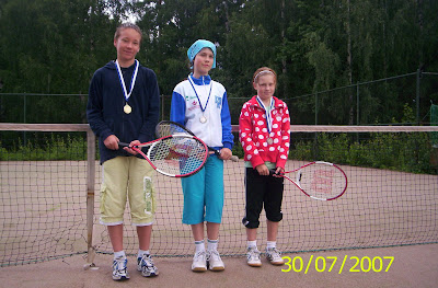 Tenniksen alkeiskurssilaisten mitalikolmikko