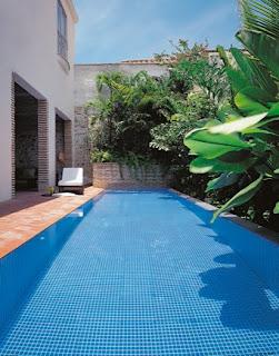 Colores para decorar piscinas peque as y alargadas de - Patios con piscina ...