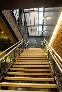 scara interioara stil modern imbinare lemn sticla si metal