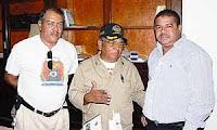 de izq a der Roberto Nuñez Comandante Bomberos de Olanchito,Roberto Martinez Jefe de Bomberos y Edy Acosta Alcalde de Olanchito